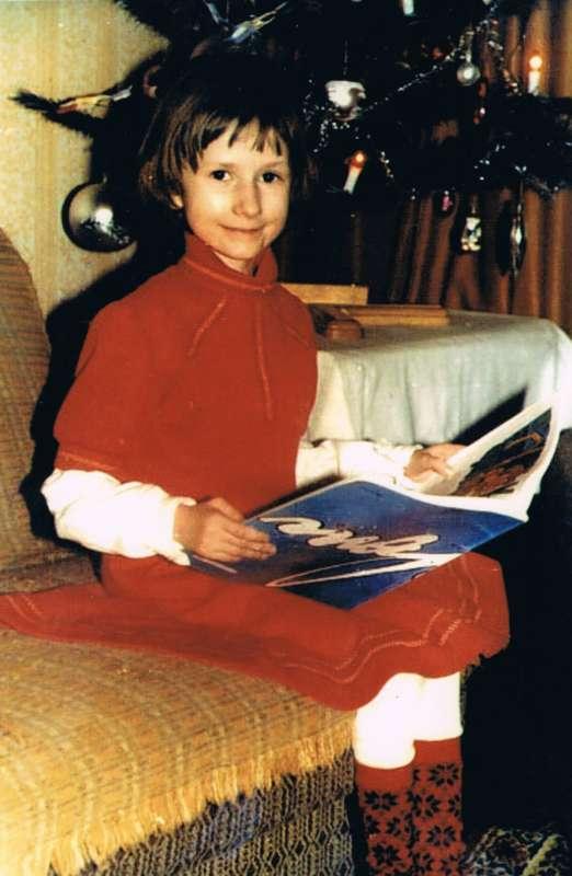Agnieszka Bartol siedząca z książką na tapczanie