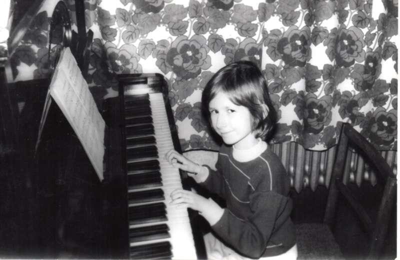 Patronka szkoły w Chojnie Agnieszka Bartol podczas gry na pianinie.