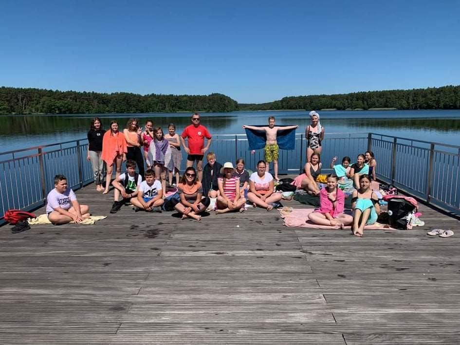 Zdjęcie grupowe uczniów klasy 5 i 6 na pomoście jeziora w Chojnie